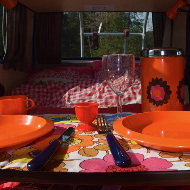 Oranje vintage plastic servies op tafel