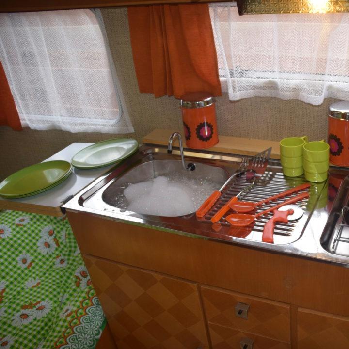 Bruin keukenblokje met een sopje in de wasbak