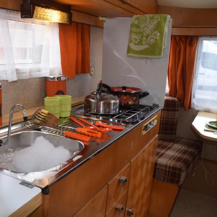 Keukenblokje met zithoek in een caravan