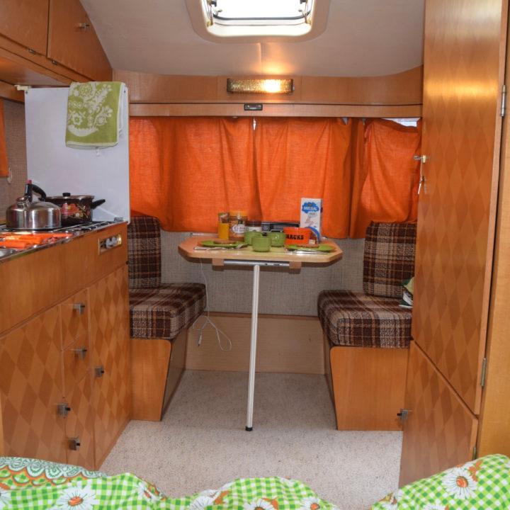 Retro interieur van een caravan, met bruin en oranje