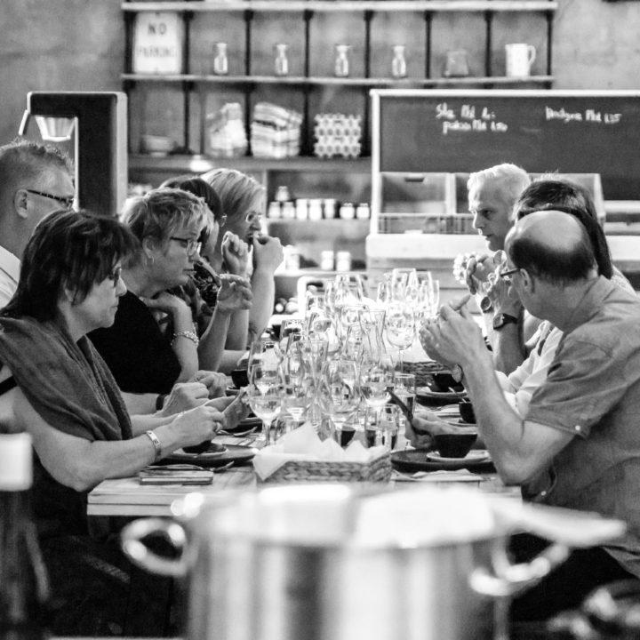 Zwartwit foto van dinerende mensen