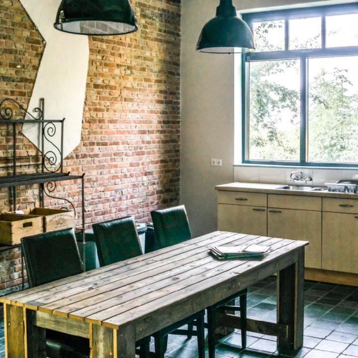Houten eettafel met stoelen en keukenblok