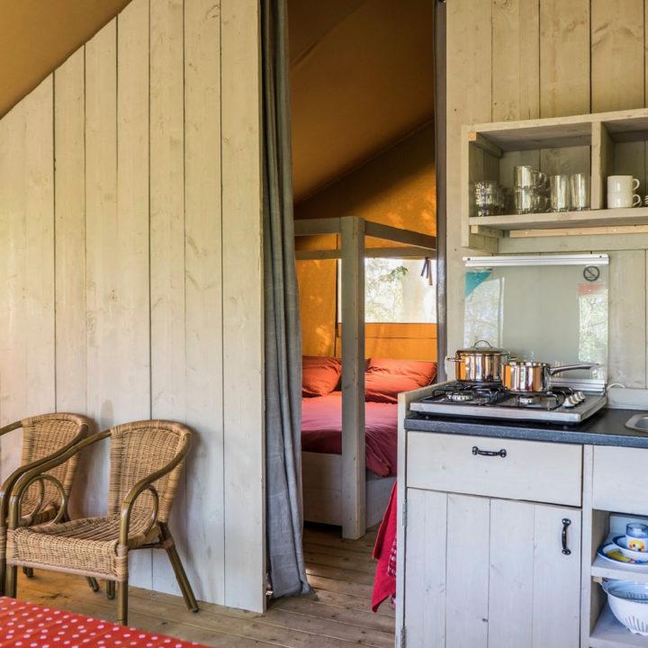 Keuken van steigerhout in een safaritent