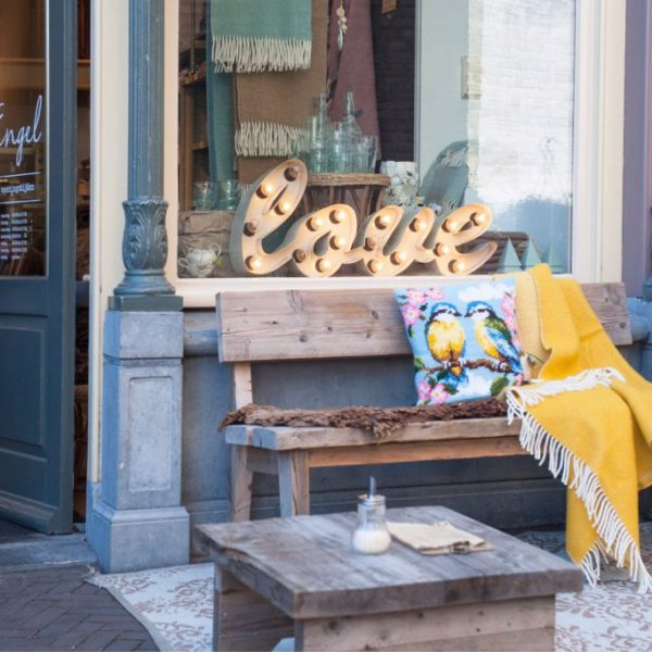 Gevel Engel Winkelcafé met LOVE in de etalage