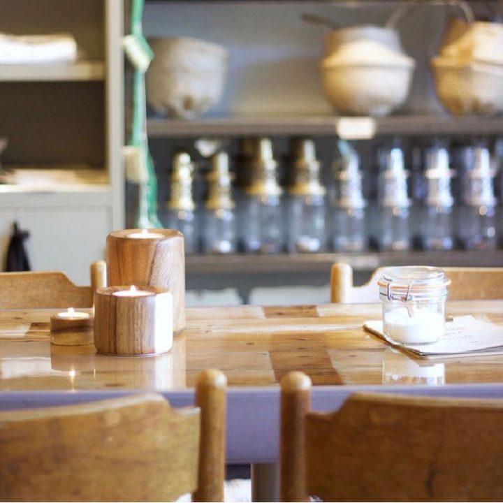 Tafels en stoelen met op de achtergrond cadeau artikelen