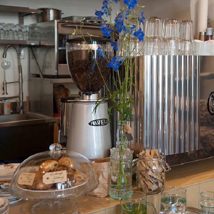 Koffie bar met lekkers, een koffiemolen en glazen