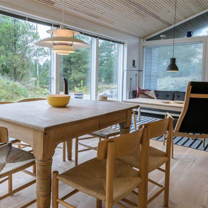 Eettafel van blank hout, met blank houten stoelen