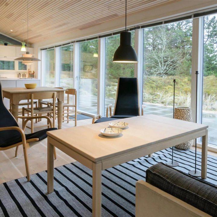 Zithoek met twee grijze stoelen en lichthouten salontafel