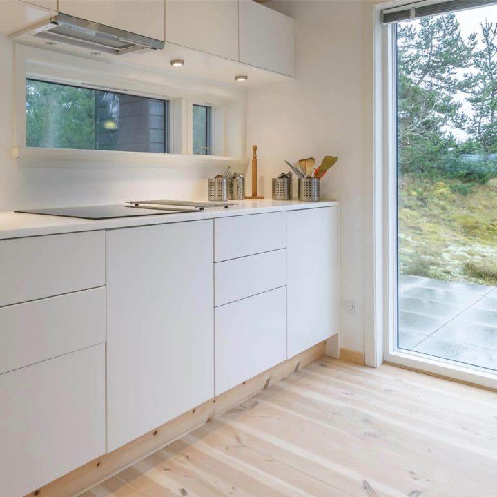 Wit keukenblok, strak en modern met lichte houten vloer