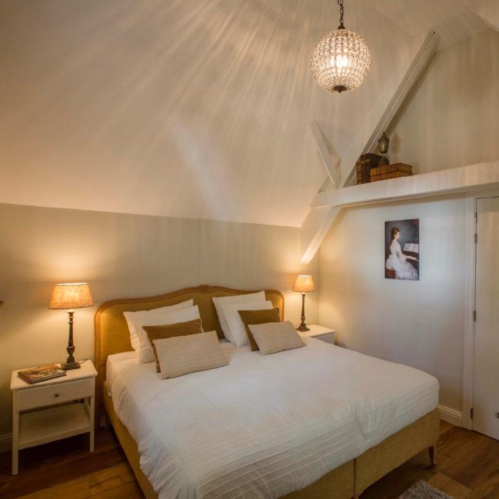 Een van de slaapkamers met een tweepersoons bed