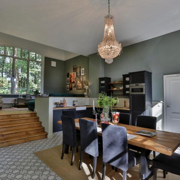 8-persoons vakantiehuis met luxe interieur en warme kleuren groen en blauw