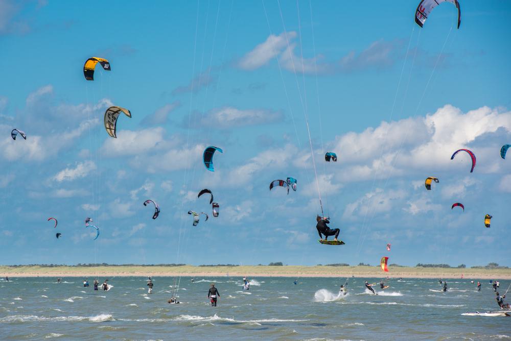 Een zee vol kitesurfers bij Goeree Overflakkee