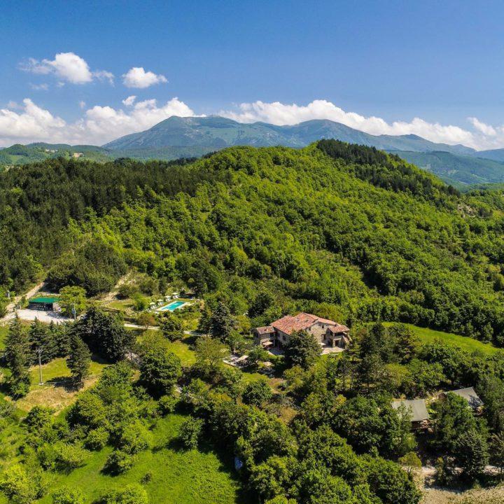 Groene heuvels in Umbrië met een vakantiedomein met zwembad