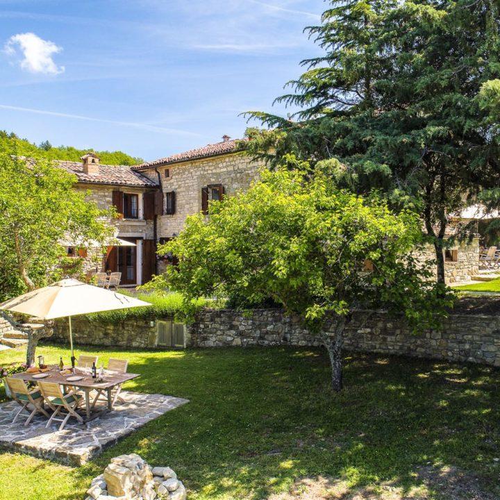 Italiaans landhuis met terras in het gras
