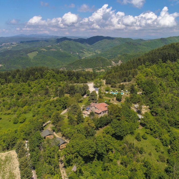 Vakantiedomein vanuit de lucht, in de groene heuvels