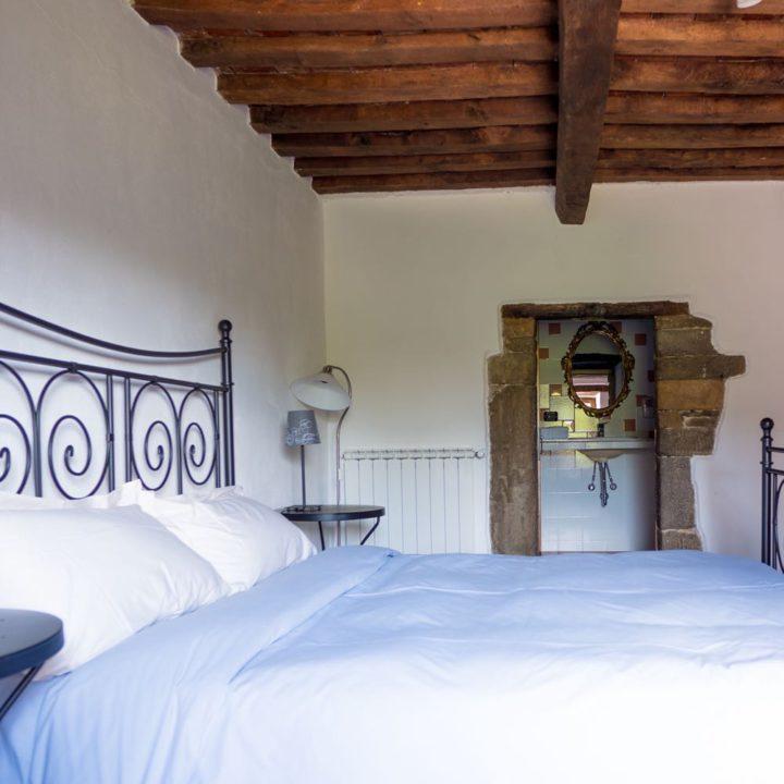 Tweepersoons bed met badkamer