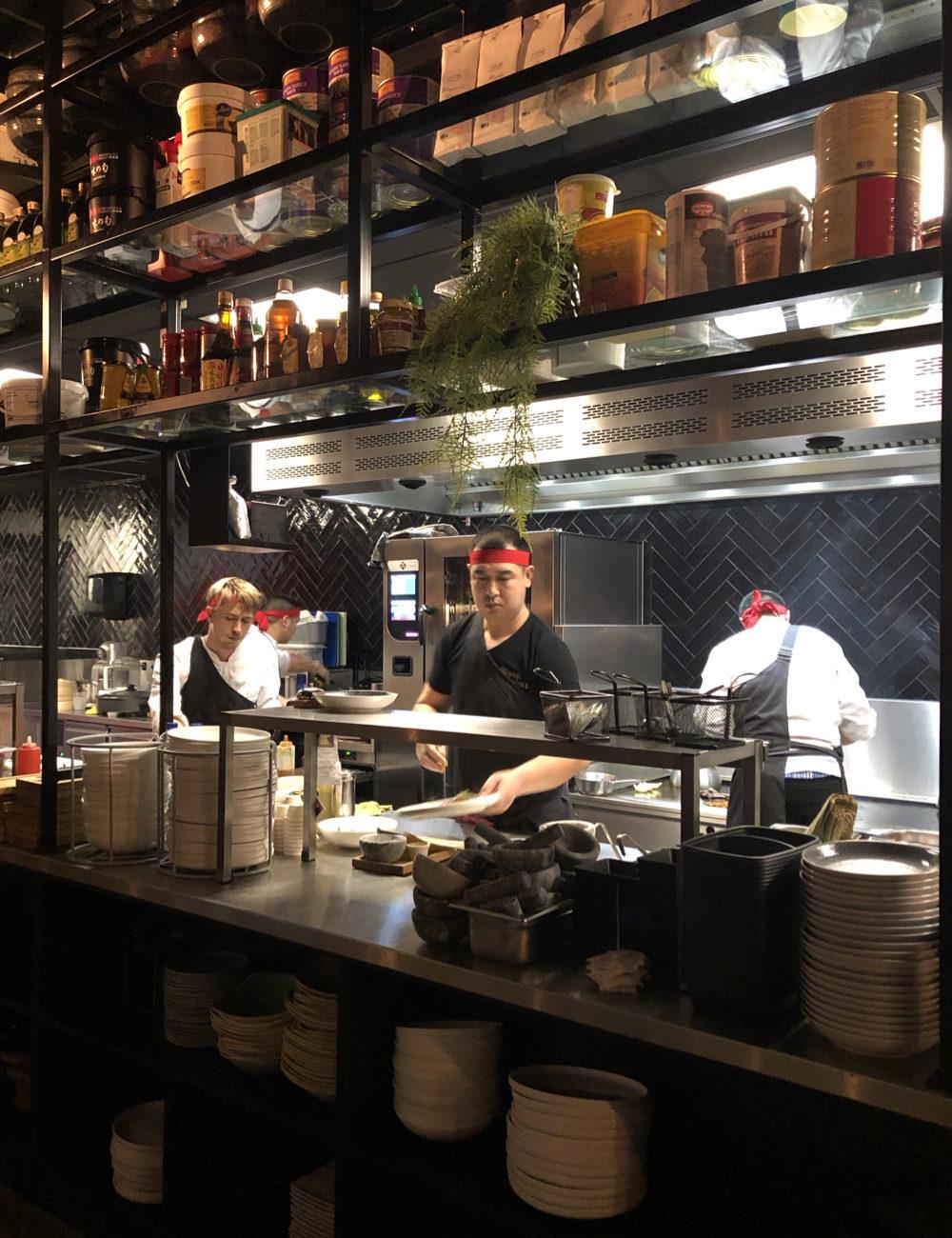 De open keuken met Aziatische koks aan het werk