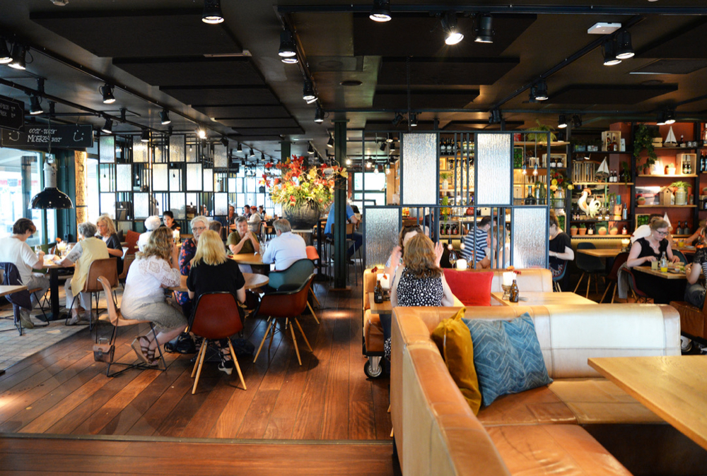 Moeke is een Grand Café, met een ongedwongen sfeer. Warme kleuren, staal en kussens op de banken