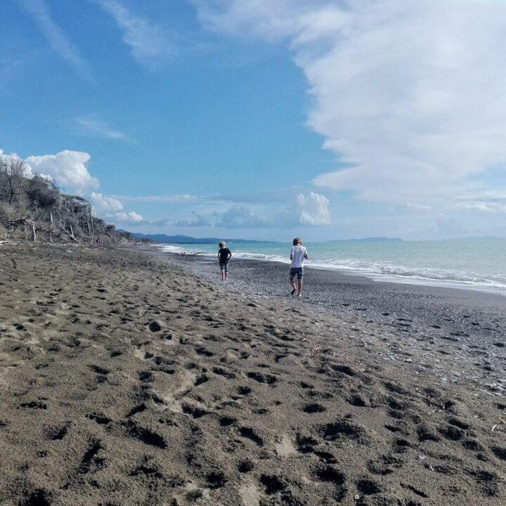 Wandelen aan zee, met zwart zand