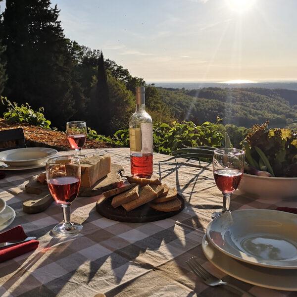 Diner bij zonsondergang in Toscane