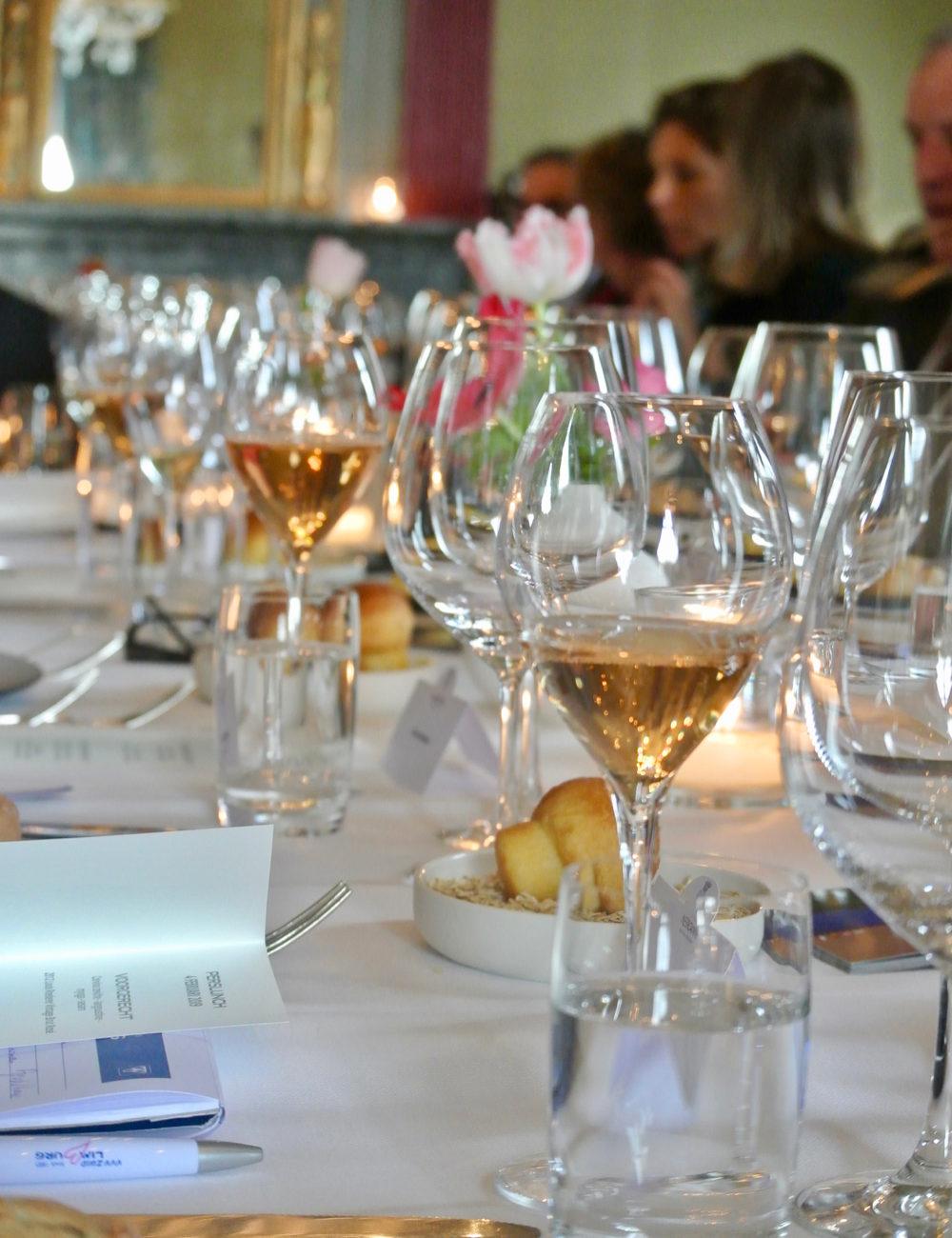 Lange gedekte tafel met wijnglazen, in het restaurant van Chateau Neercanne