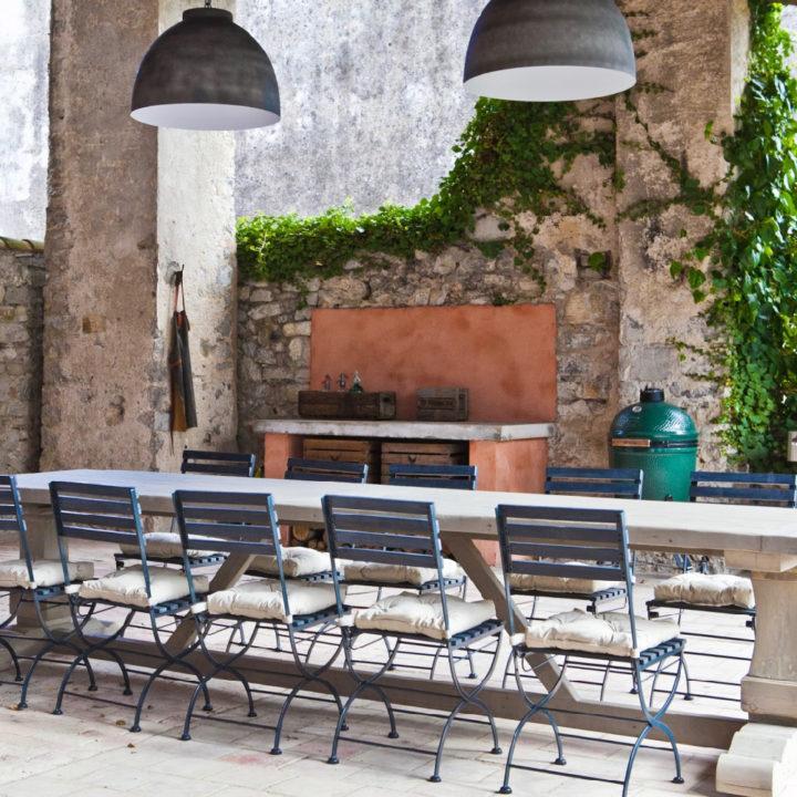 Lange tafel met stoelen bij de veranda
