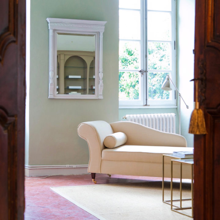 Open deur met zicht op crème kleurige loungebank