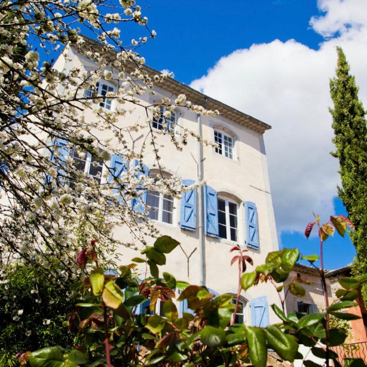 Voorgevel van de B&B, een karakteristiek Frans herenhuis met blauwe luiken