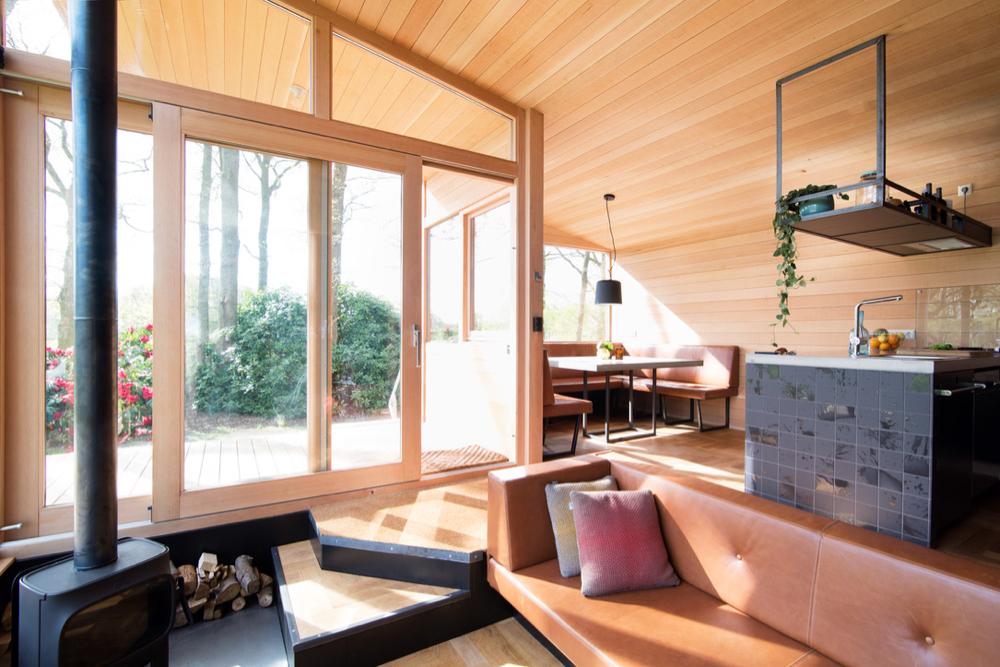 Interieur met hout, bruin leer en zwart