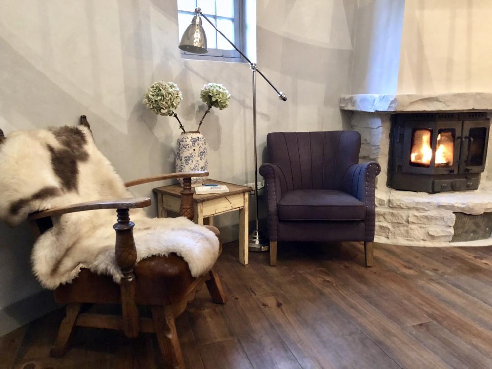 Twee fauteuils bij de haard van Boshuis de Hazenhof