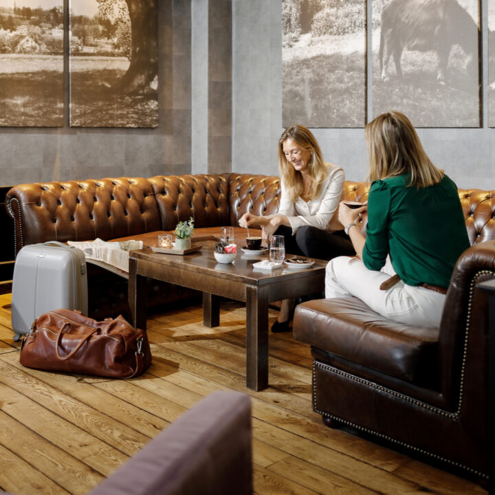 Dames genieten van een kop thee in de lounge van het hotel
