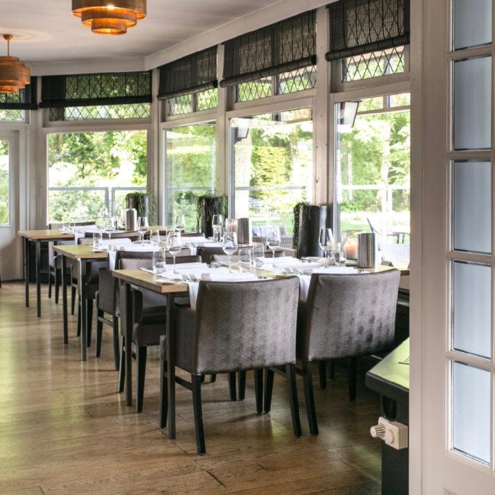 Gedekte tafels in het restaurant van de Wolfsberg