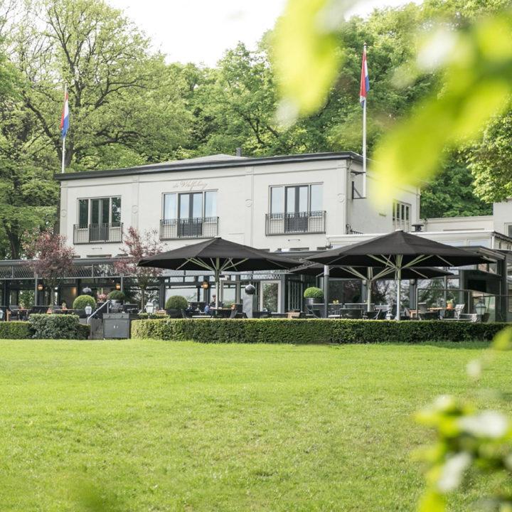 Hotel de Wolfsberg en terras ervoor