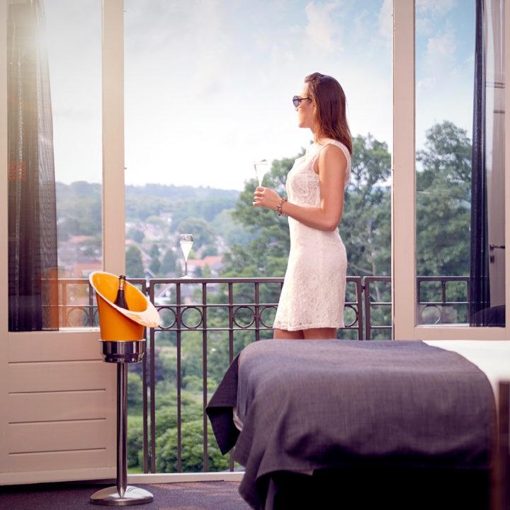 Dame geniet van uitzicht in hotelkamer