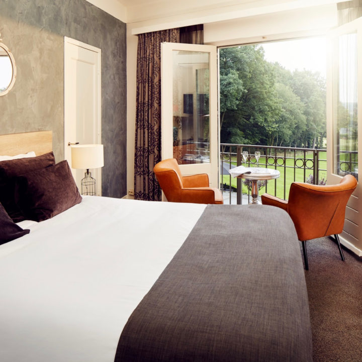 Tweepersoons hotelkamer met warme kleuren