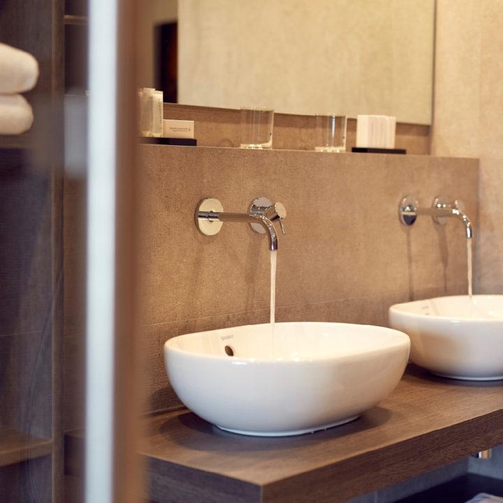 Badkamer met twee wastafels