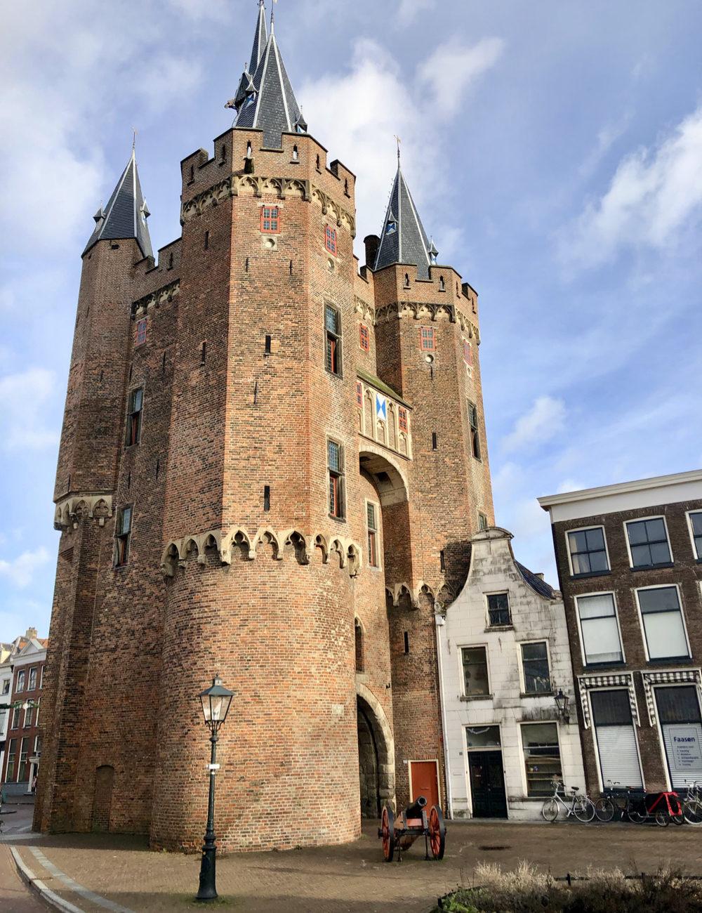 Historische stadspoort met vier torens