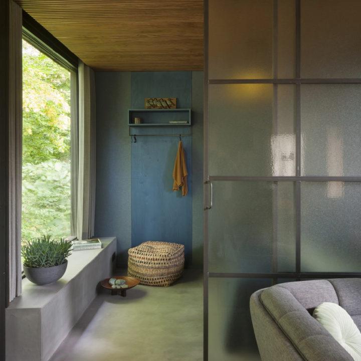 Warme kleuren, gele lamp, plant in de vensterbank en bed