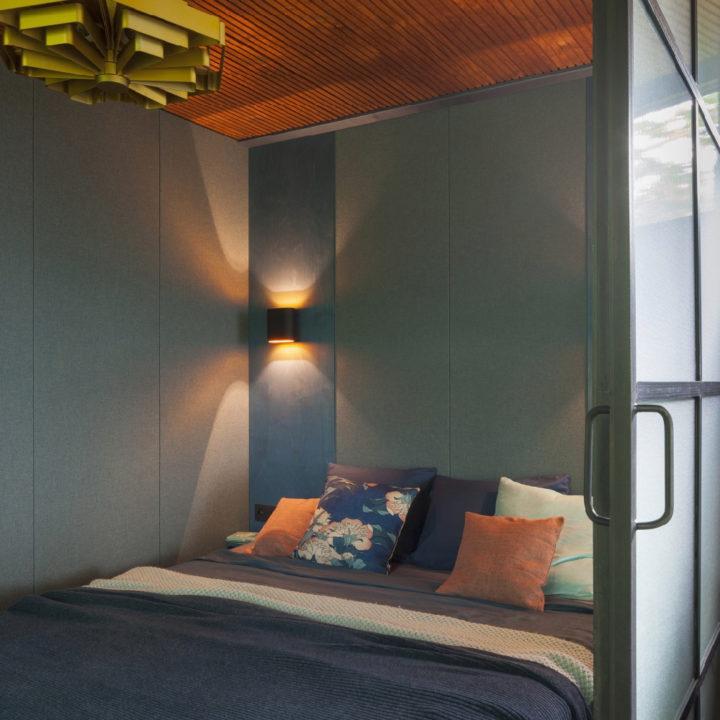 Slaapkamer in warme kleuren, met stalen ramen