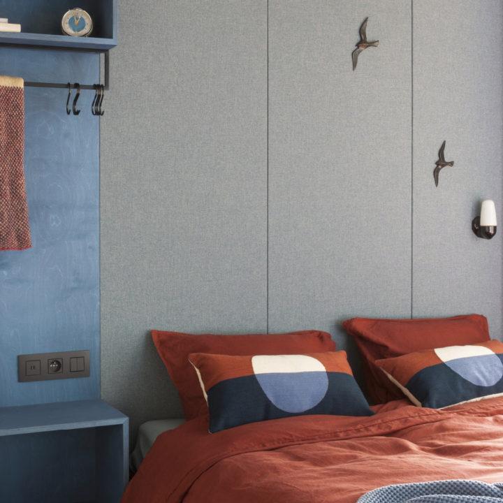 Tweepersoons bed met bruinrood dekbed