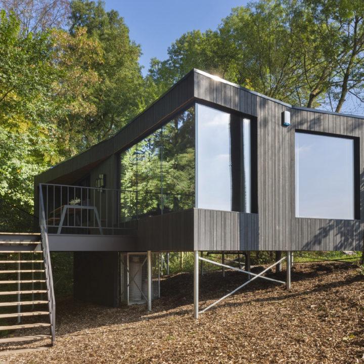 Zwarte houten design cabin met grote ramen