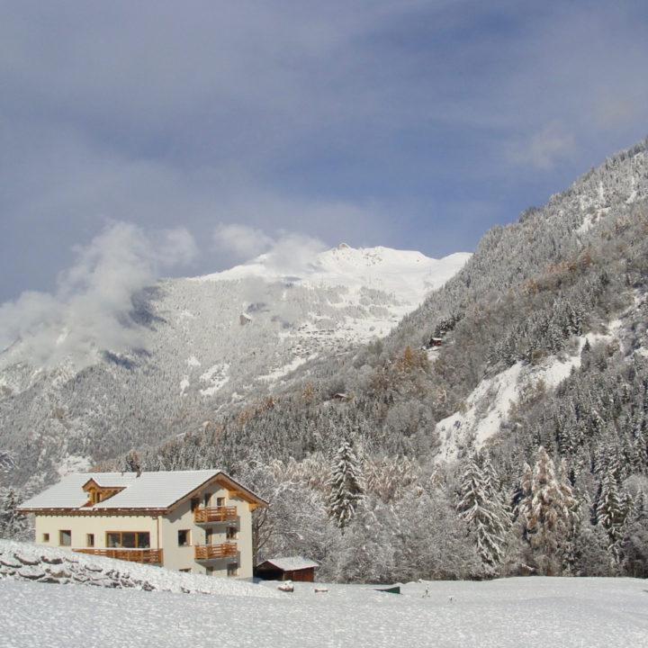 Zwitsers vakantiehuis met twee appartementen in sneeuwlandschap