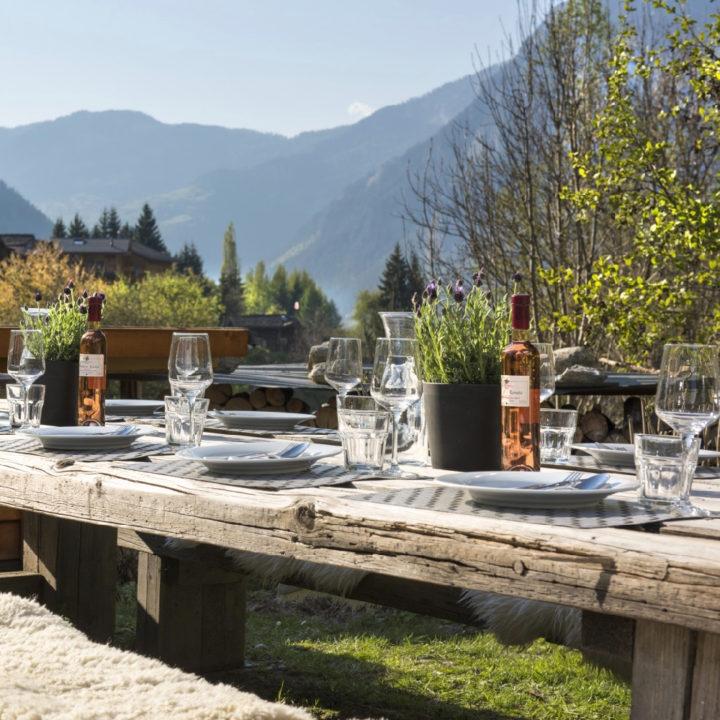 Gedekte tafel in de tafel met zicht op de bergen