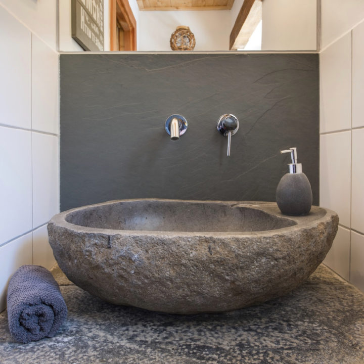 Robuuste stenen wastafel in badkamer