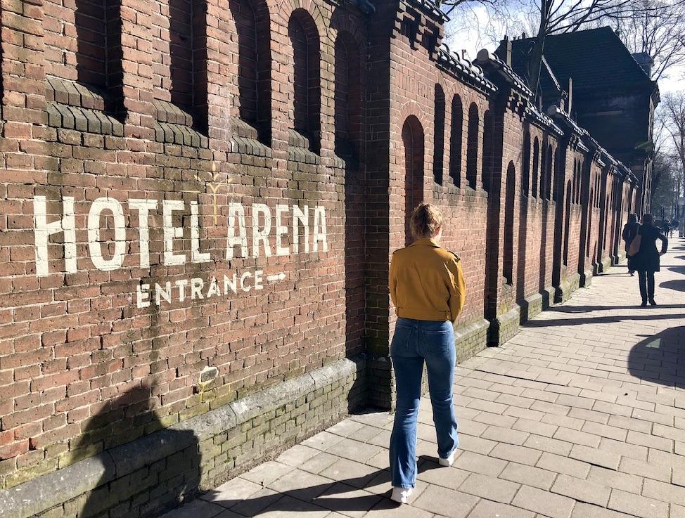 Buitenmuur van het hotel met daarop de tekst Hotel Arena entrance geschilderd