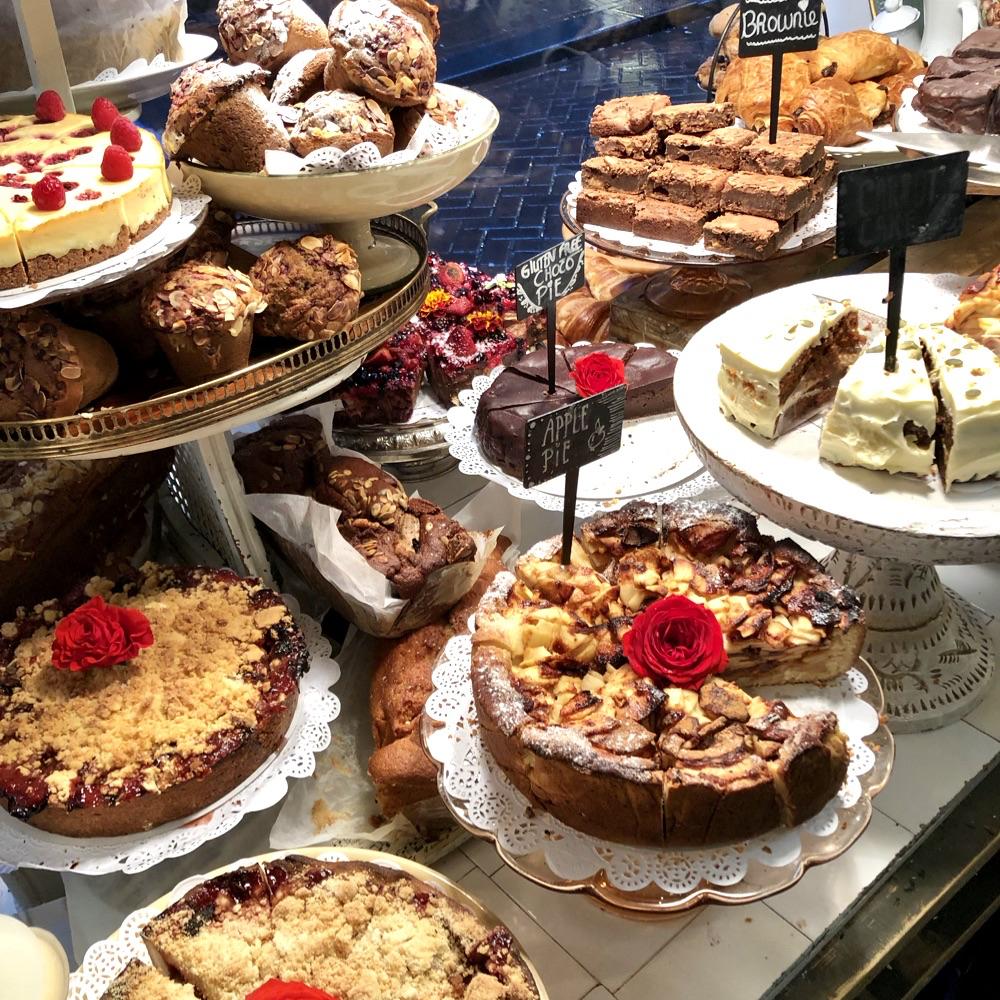 Een vitrine vol met verschillende taarten