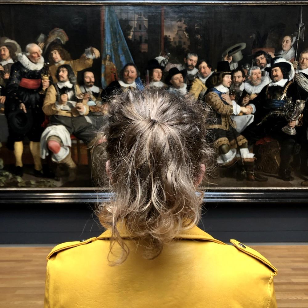 Meisje met gele leren jas en paardenstaart voor groot schilderij