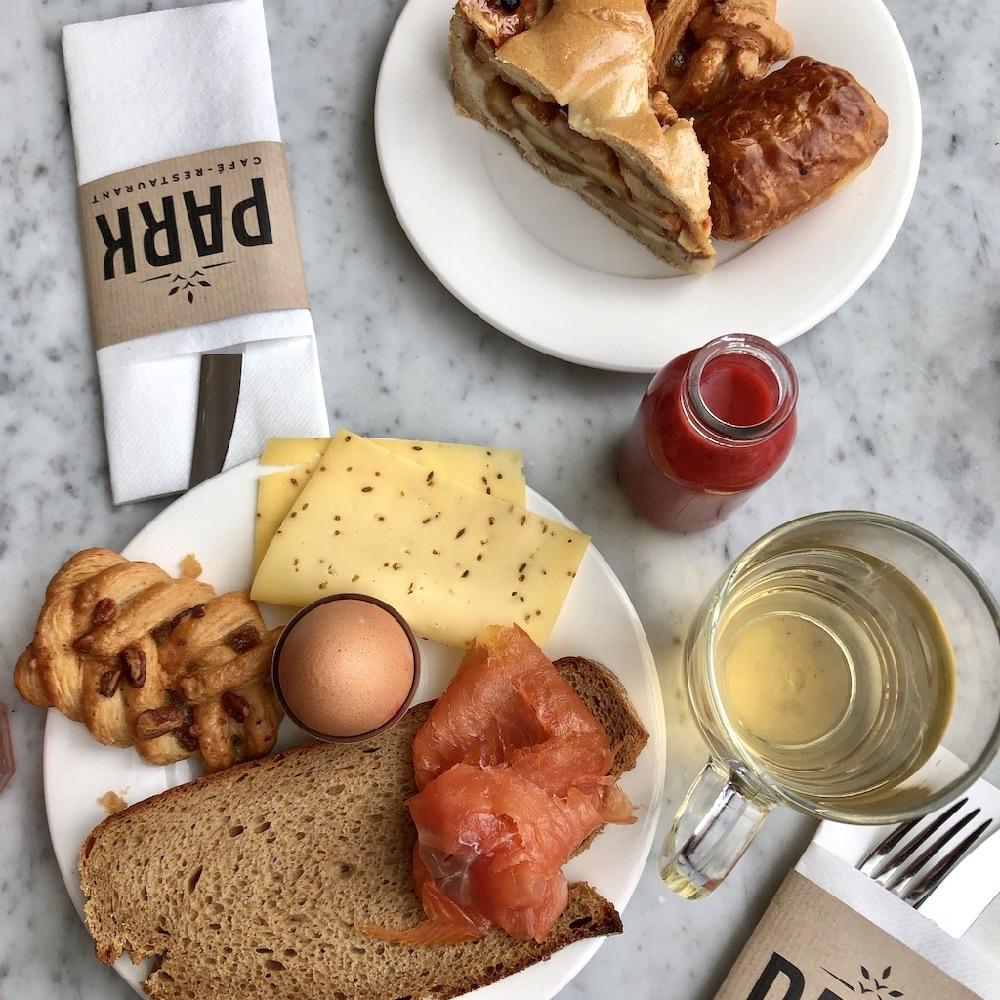 Ontbijttafel met appeltaart, sap, brood met zal, een eitje en kop thee