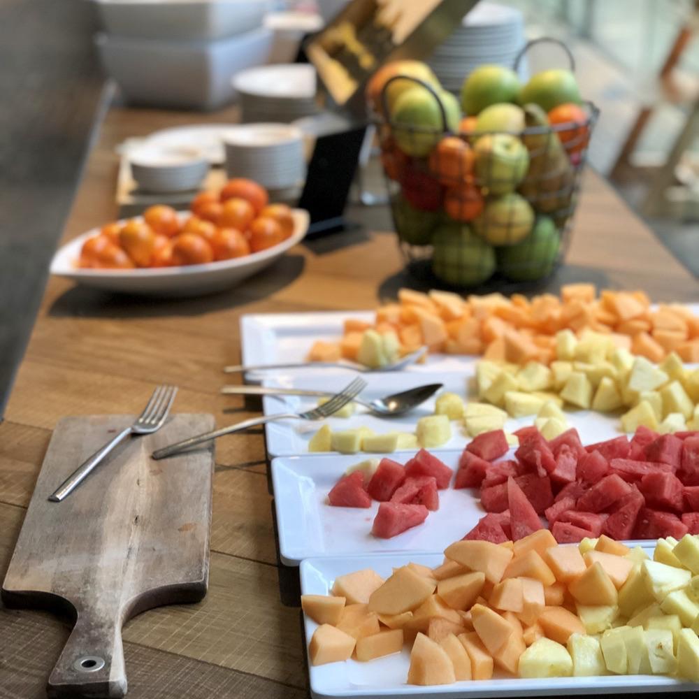 Buffet met grote planken vers fruit