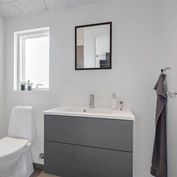 Grijs badmeubel in witte badkamer